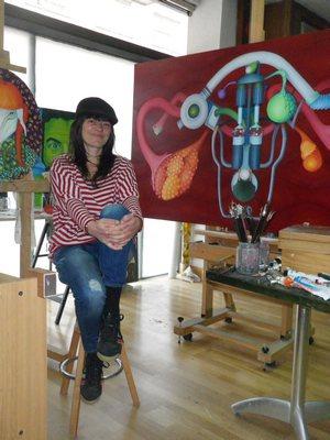 Nuria Alcaraz en su estudio de pintura